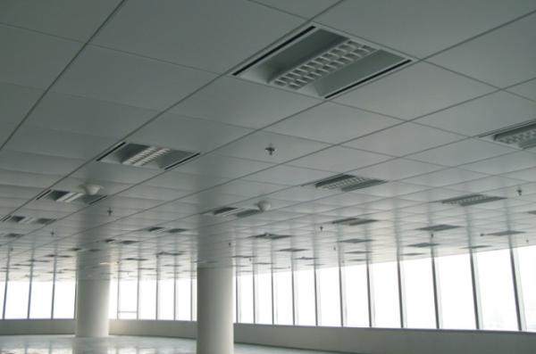 吊顶由装饰板、龙骨、吊线等材料组成,可根据需要常换常新,是非常方便的家用单品。根据装饰板的材质不同,吊顶可分为石膏板吊顶、金属板吊顶、玻璃吊顶、PVC板吊顶等,石膏板造价相对便宜,PVC板次之,金属板最耐用但价格较高。目前家装中主要使用的是金属板中的铝扣板吊顶。但是纯铝较软,因此市面上的铝扣板其实是铝合金材质的吊顶,有铝镁合金、铝锰合金等。铝锰合金扣板硬度较高,铝镁合金在增加了硬度的同时,还增加了一些亮度。质感好,装饰效果强。优质的铝锰合金扣板因为耐腐蚀性能好,俗称不锈铝。   市场上有一些劣质基材,采用